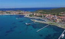 Luftansicht von Golfo Aranci mit Hafenpromenade und Strand