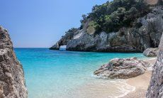 Traumhafte Farbspiele von Meerwasser, Felsen und Natur am Strand Cala Goloritze