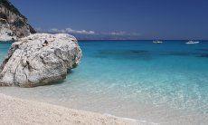 Großer, weißer, runder Felsball im kristallklaren Wasser vor dem Strand von Cala Goloritze