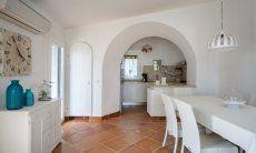 Essbereich und Küche im Hintergrund