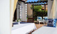 Terrasse mit Sonnenliegen und Esstisch
