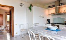 Vollausgestattete Küche mit Esstisch