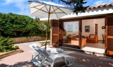 Schattige Terrasse mit Glasschiebetür zum Wohnzimmer