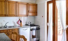 Vollausgestattete, helle Küche mit Gartenzugang