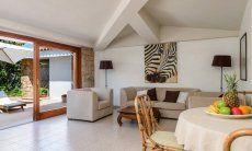 Heller, moderner Wohnbereich mit Terrassenzugang