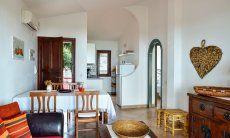 Wohnbereich mit Sofaecke, Esstisch und Küche