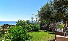 Grüner Garten und Blick auf das Meer der Costa Rei