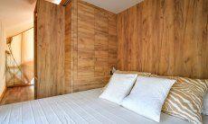 Modernes Schlafzimmer mit Doppelbett