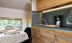 Moderne Küchenzeile mit allen wichtigen Geräten