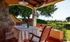 Schattige Terrasse mit Esstisch und Meerblick