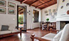 Wohnzimmer mit Essbereich und Terrassenzugang