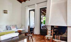 Wohnzimmer mit sardischem Kamin