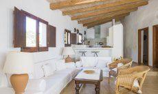 Sofabereich und Küche  Villa Fiori 2 in Is Molas