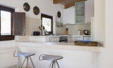 Offene Küche mit Tresen und Barhockern Villa Fiori 2, Monte Is Molas