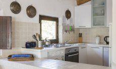 Küche mit großem Fenster, Ofen, Waschmaschin, Gasherd Villa Fiori 2, Monte Is Molas