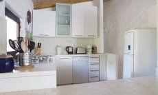 Küche mit Spülmaschine, Gasherd, Kühlschrank mit Eisfach und Elektrogeräten Villa Fiori 2, Monte Is Molas