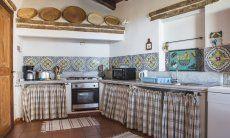 Rustikale Küche mit allen wichtigen Geräten