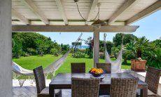 Essen auf der schattigen Terrasse mit Meerblick