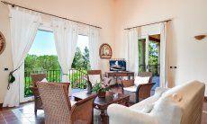 Wohnzimmer mit Blick über den schönen Garten