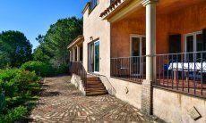 Villa mit großer Terrasse und Blick über den Garten