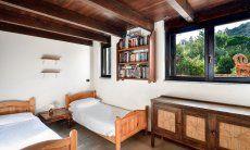 Schlafzimmer mit zwei Einzelbetten im UG