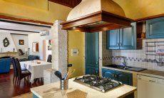 Küche mit Blick auf den geräumigen Wohnbereich
