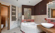 Stylisches Badezimmer mit großer Badewanne