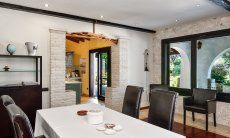 Esstisch und Blick in die Küche
