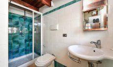 Badezimmer mit Dusche im EG neben der Küche