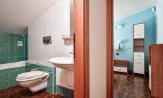 Schlafzimmer 2 und Badezimmer im 1. OG