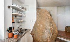 Küchenzeile und Fels