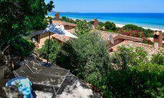 Liegen auf der Terrasse im Schatten des Olivenbaums