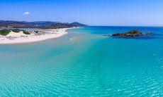 Luftaufnahme vom Strand von Chia mit Insel Su Giudeu