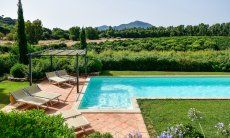 Pool, eingebettet in die natürliche Umgebung der Villa
