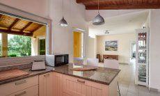 Küchenoberfläche aus Granit und Frühstückstresen
