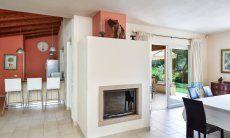 Kamin, Terrassenzugang und Blick in Richtung Küche