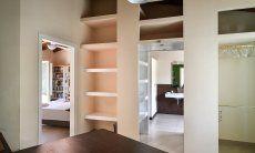 Flur mit viel Stauraum und Blick in Schlafzimmer 1 und Badezimmer 1