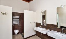 Modernes Badezimmer 1 mit ebenerdiger Dusche