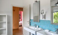 Badezimmer 2 mit Blick auf den Flur und Schlafzimmer 2