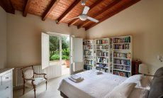 Schlafzimmer 1 mit Doppelbett und Blick auf den Garten
