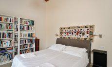 Schlafzimmer 1 mit großer Bücherauswahl