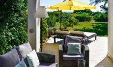 Geschmackvoll möblierte Terrasse mit Blick auf den Garten