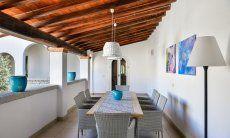 Großer Esstisch unter der überdachten Terrasse im Innenhof von  Villa Campidano 20