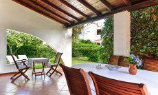 Große, ausergewöhnlich geschnittene Terrasse mit Esstisch