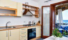 Küche mit Blick über die Landschaft bis zum Meer