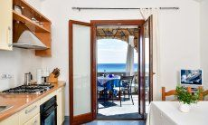 Küche mit Terrassenzugang und Esstisch