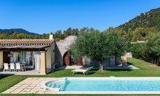 Pool, Terrasse und Tor zum Innenhof von  Villa Campidano 21