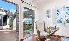 Blick vom Wohnzimmer auf die Terrasse und das Meer
