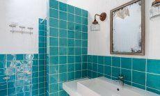 Bad 1 mit Dusche und breitem Waschbecken