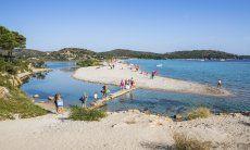 Weg über die Lagune zum Strand von Porto Taverna